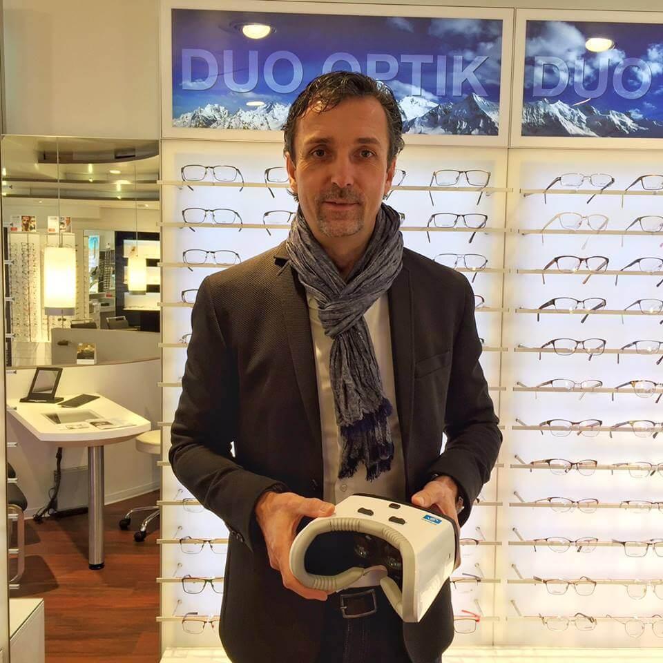 DUO hat sie …  VR BRILLE. Endlich ist es soweit. Ab sofort zeigen wir euch per Virtual Reality Brille, wie sich unterschiedliche Glastönungen und Glasarten auf den Seheindruck auswirken. Ein unbeschreibliches Erlebnis. Kommt vorbei und taucht mit uns ein in eine andere Welt.  Dazu schreibt Essilor:    … Mehr lesen…