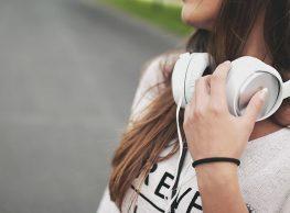 GEFAHR FÜR DIE OHREN. Ob Rockmusik, die neuesten Charts, bassige Beats oder Hip-Hop. Viele Jugendliche und junge Erwachsene haben gerne und ständig Musik in den Ohren. Dabei weichen die über lange Jahre trendigen winzigkleinen Plastikstöpsel inzwischen mehr und mehr schrillbunten Hörpolstern mit hoher Klangqualität. Kopfhörer sind eine Gefahr für die Ohren… Mehr lesen…